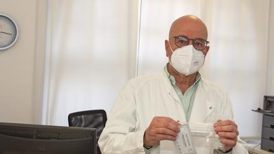 Der Acherner Allgemein- und Betriebsmediziner Thomas Kohler konnte am Freitag, 26. Februar 2021, die erste Lieferung von 2.000 Corona-Schnelltests in Empfang nehmen. Die Möglichkeit von Selbsttests, die schon bald in den Handel kommen sollen, findet er gut und wichtig.