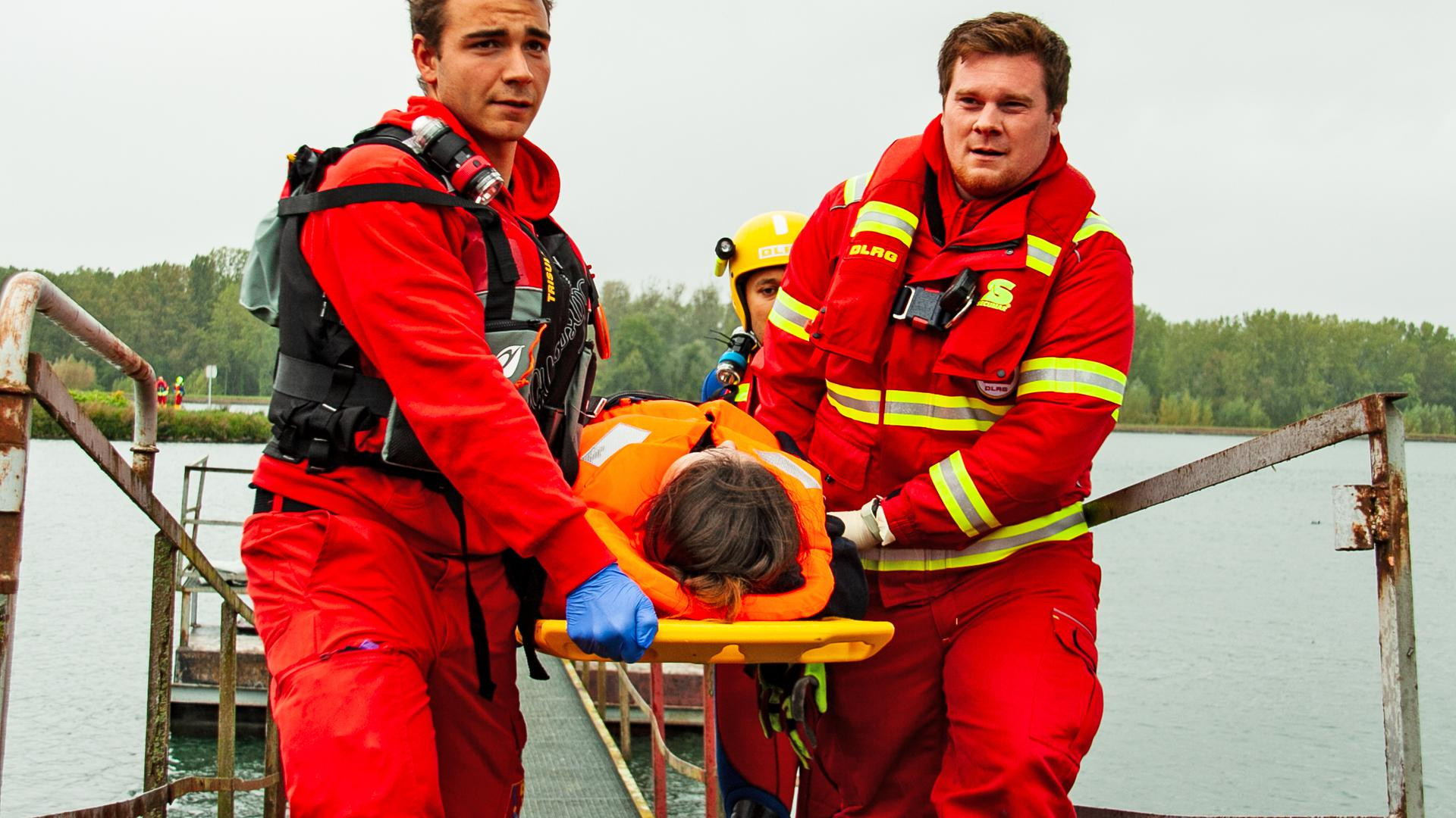Wie bei dieser Übung am Rheinufer in Kehl müssen die Retter der DLRG immer wieder ausrücken, um Menschen aus den Fluten zu holen.  Erschreckend für die DLRG-Mitglieder: Die Zahl der Nichtschwimmer nimmt zu, darunter auch immer mehr Kinder. Foto: Michael Brück