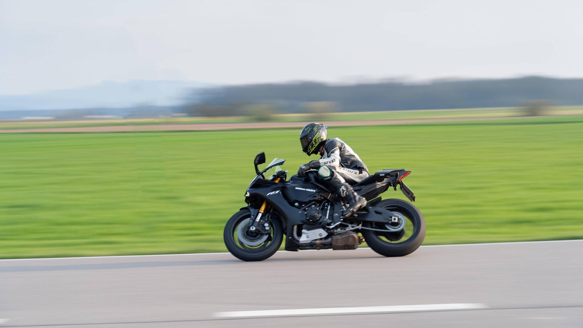Ein Motorradfahrer auf freier Strecke