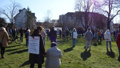 Buntes Treffen: Bei der Kundgebung in Achern versammelten sich mehr als 150 Personen, stellte die Polizei Achern fest.