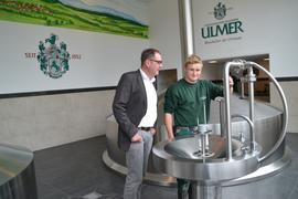 Prokurist und Vertriebsleiter Michael Ziegler (links) zusammen mit Bierbauer Lucas König