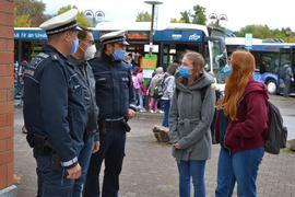 Kontrolle der Maskenpflicht im ÖPNV am Acherner Bahnhof, Polizei im Gespräch mit zwei Schülerinnen