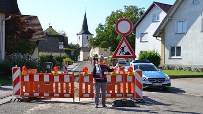 Petra Meier vor der Baustelle mit Durchfahrtverbots-Beschilderung.