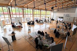 Viele Ideen: An neun Tischen überlegten die Arbeitsgruppen in der Schlossfeldhalle in Großweier, wie Achern im Jahr 2030 aussehen könnte.