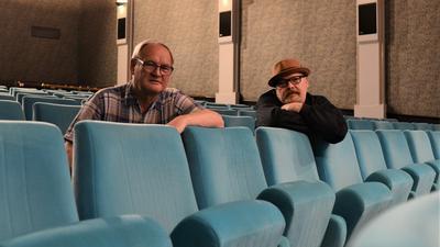 Freuen sich auf den Neustart: Hans-Joachim Fischer und Thomas Mäntele im Filmtheater Tivoli. Seit vergangenem Herbst lief kein Streifen auf der Leinwand des Kinos.
