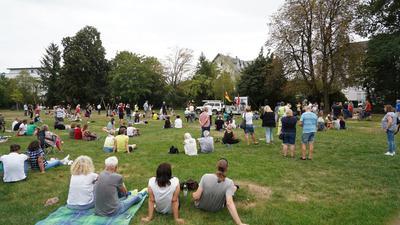Menschen sitzen auf einer Wiese