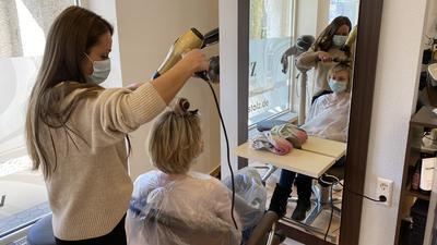 Elmas Özcan vom Friseursalon Stolz in Achern schneidet einer Kundin die Haare.