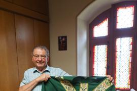 Erwin Bildstein in der Sakristei mit dem Messgewand für Pfarrer Joachim Giesler