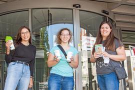 Leonie Oeffinger aus Lichtenau, Zoe Christeleit aus Rheinau und Elisa Zimpfer aus Rheinau waren die ersten Teilnehmerinnen am Escape Game des Eurodistrikt Strasbourg-Ortenau in Achern. Nachdem sie, gemeinsam mit Mitspielern auf der französischen Seite des Rheins, das Rätsel gelöst hatten, gab es nicht nur viele neue Erkenntnisse zum Klimaschutz. Mit ein paar nützlichen Broschüren und Mehrweg-Kaffeebechern wurde ihr Einsatz ebenfalls belohnt. Foto: Michael Brück