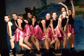 Eine Tanzgruppe auf der Bühne.