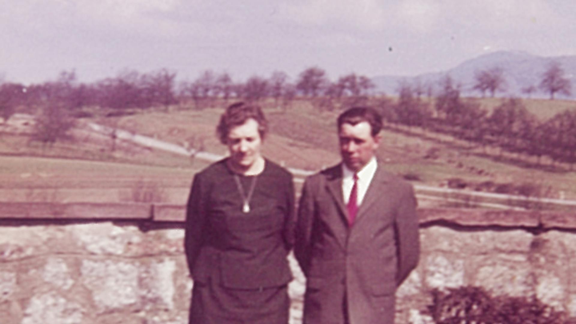Besuch aus Norddeutschland: Mareke Harberts am Grab in Ulm mit ihrem verstorbenen ältesten Sohn Siegfried.