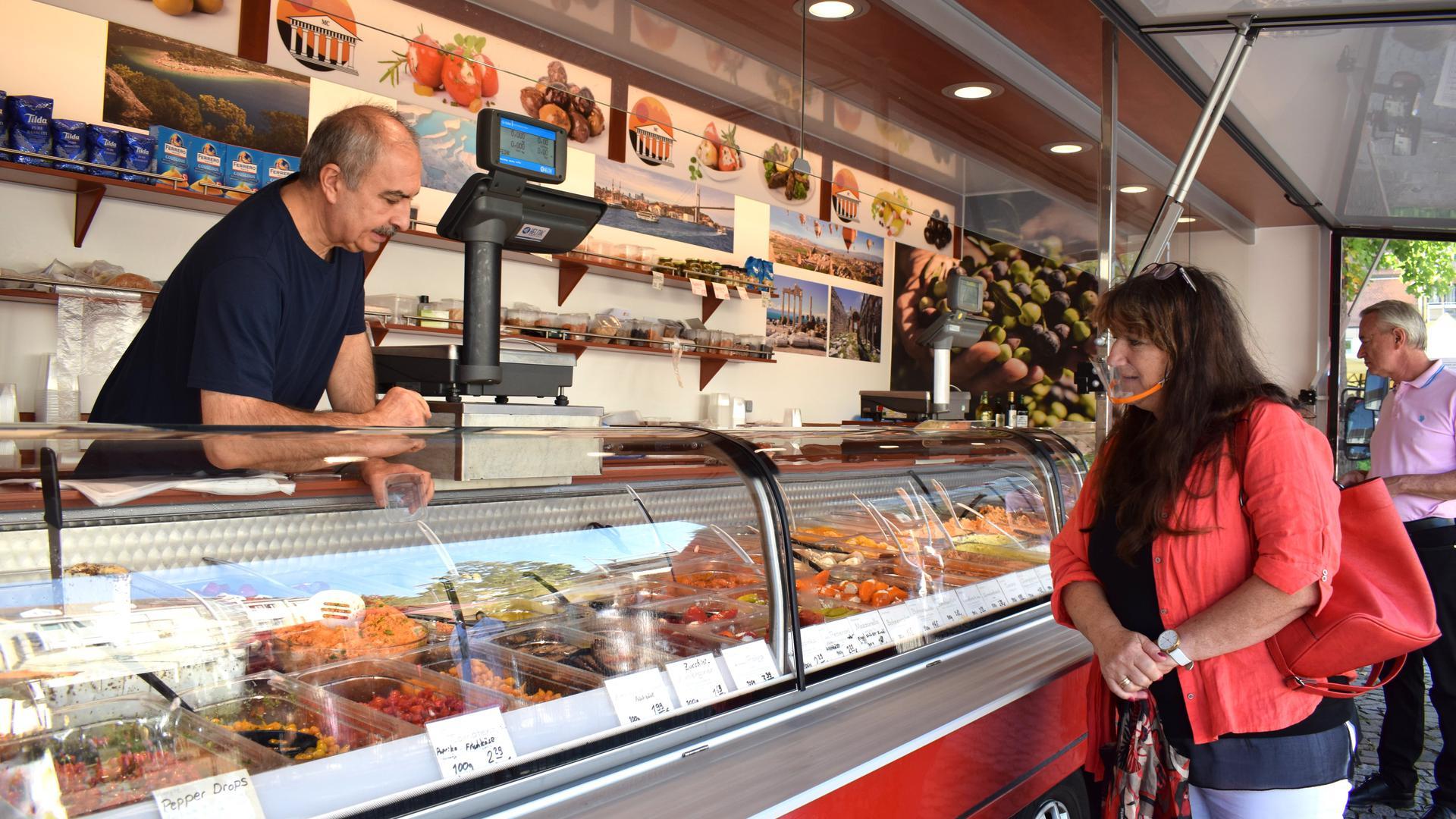 Metin Cetinbas stammt aus der Türkei und kommt seit fast 30 Jahren jeden Dienstag nach Achern, um seine Feinkostwaren zu verkaufen.