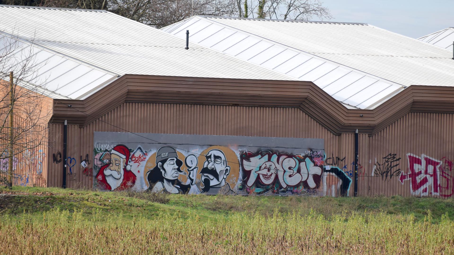 Die legale Graffitiwand an der Rückseite der Tennishalle in der Morezstraße in Achern