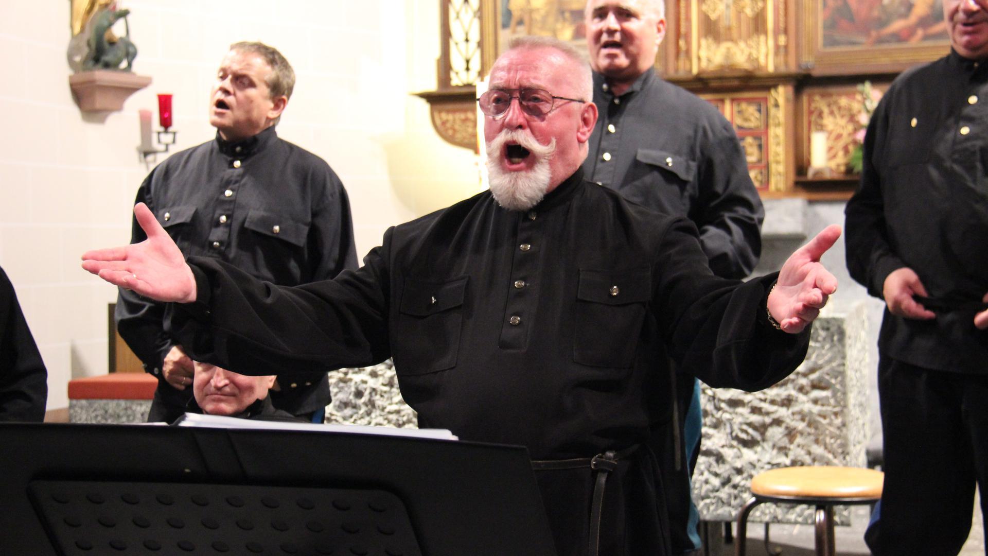 Hans Denk steht als Solist auf der Bühne und singt.