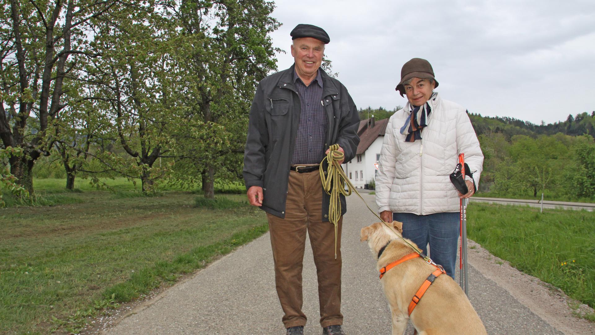 Seit Jahrzehnten gehören Hunde zum Leben von Gretel und Rüdiger Hahn. Das Ehepaar aus Achern ist aber auch noch bereit, mit dem Hundeführerschein dazu zu lernen. Foto: Michael Brück