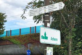 Leserfrage: Prominenter Platz: Auf die Schwanzgass' in Fautenbach wird auch auf Hinweisschildern des Schwarzwaldvereins hingewiesen - hier zum Beispiel am Hinterausgang des Acherner Bahnhofs.