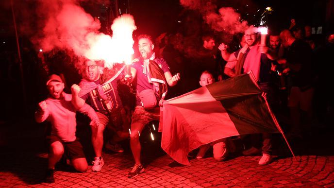 Ekstase in Achern: Italienische Fans zünden Bengalos auf dem Rathausplatz.