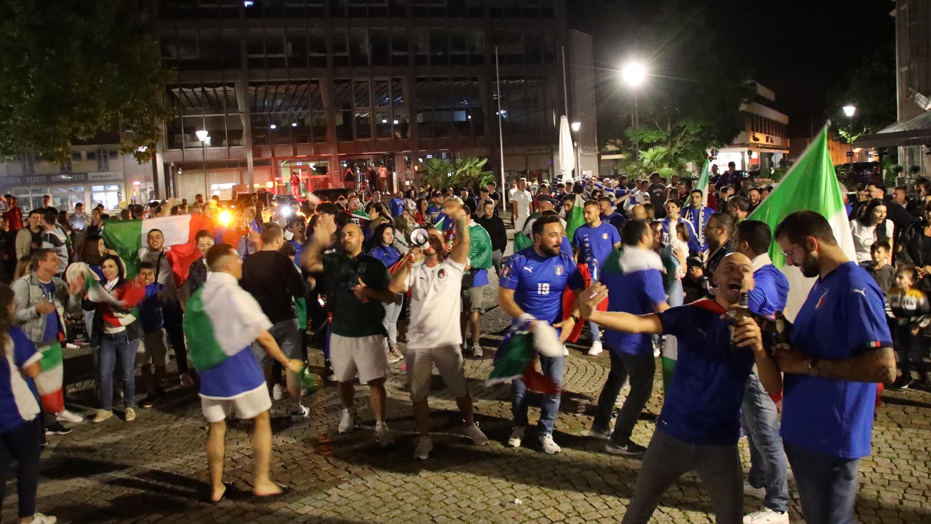 Etwa 300 Italiener feierten auf dem Rathausplatz in Achern bis tief in die Nacht.