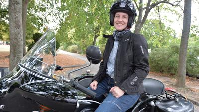 Frau auf einem Motorrad