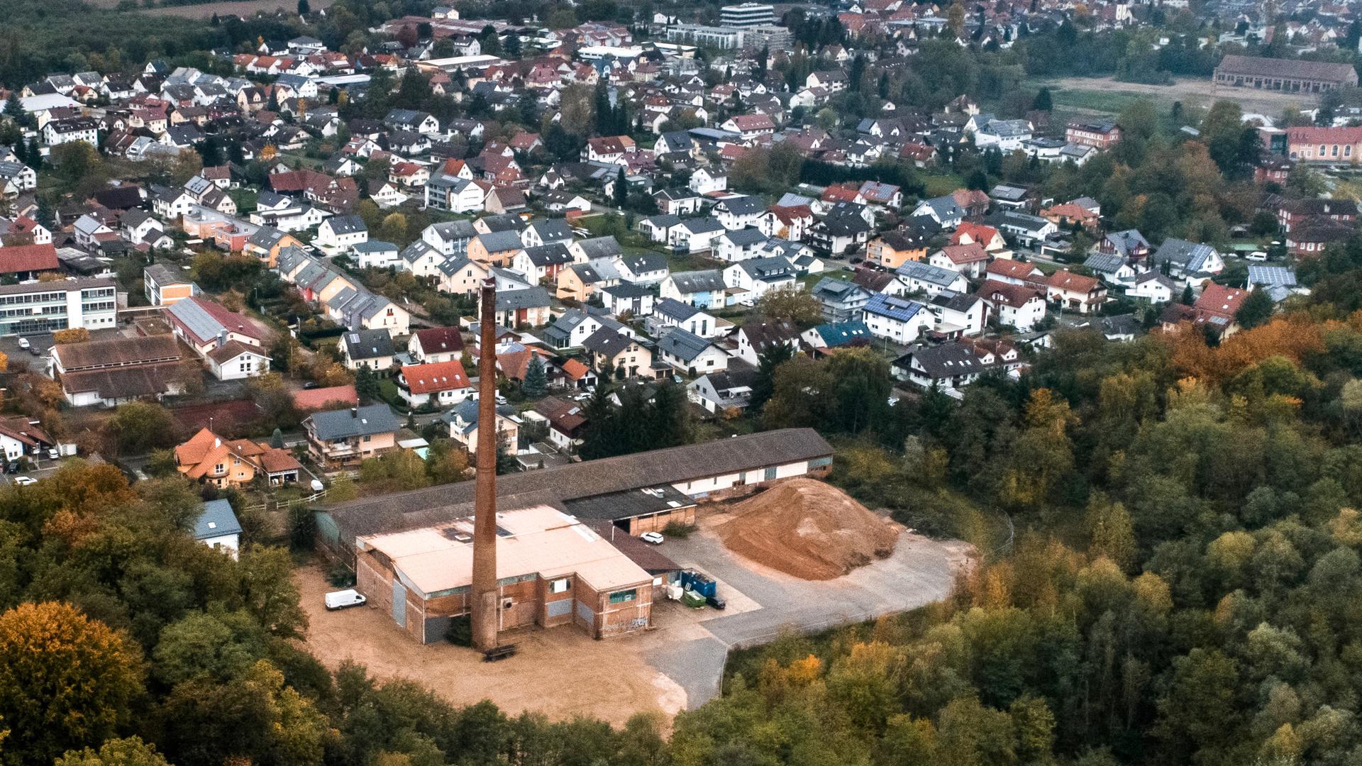 Ein Luftbild von Oberachern mit der Ziegelfabrik im Vordergrund.