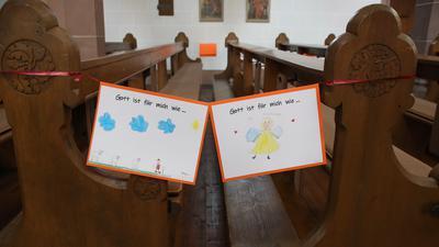 Kinderzeichnung statt Absperrband: Wie hier in der Kirche in Großweier musste jede zweite Sitzbank freibleiben, um Abstände einzuhalten. Nun bittet die Politik, zu Ostern gar keine Gottesdienste als Präsenzveranstaltungen zu feiern.