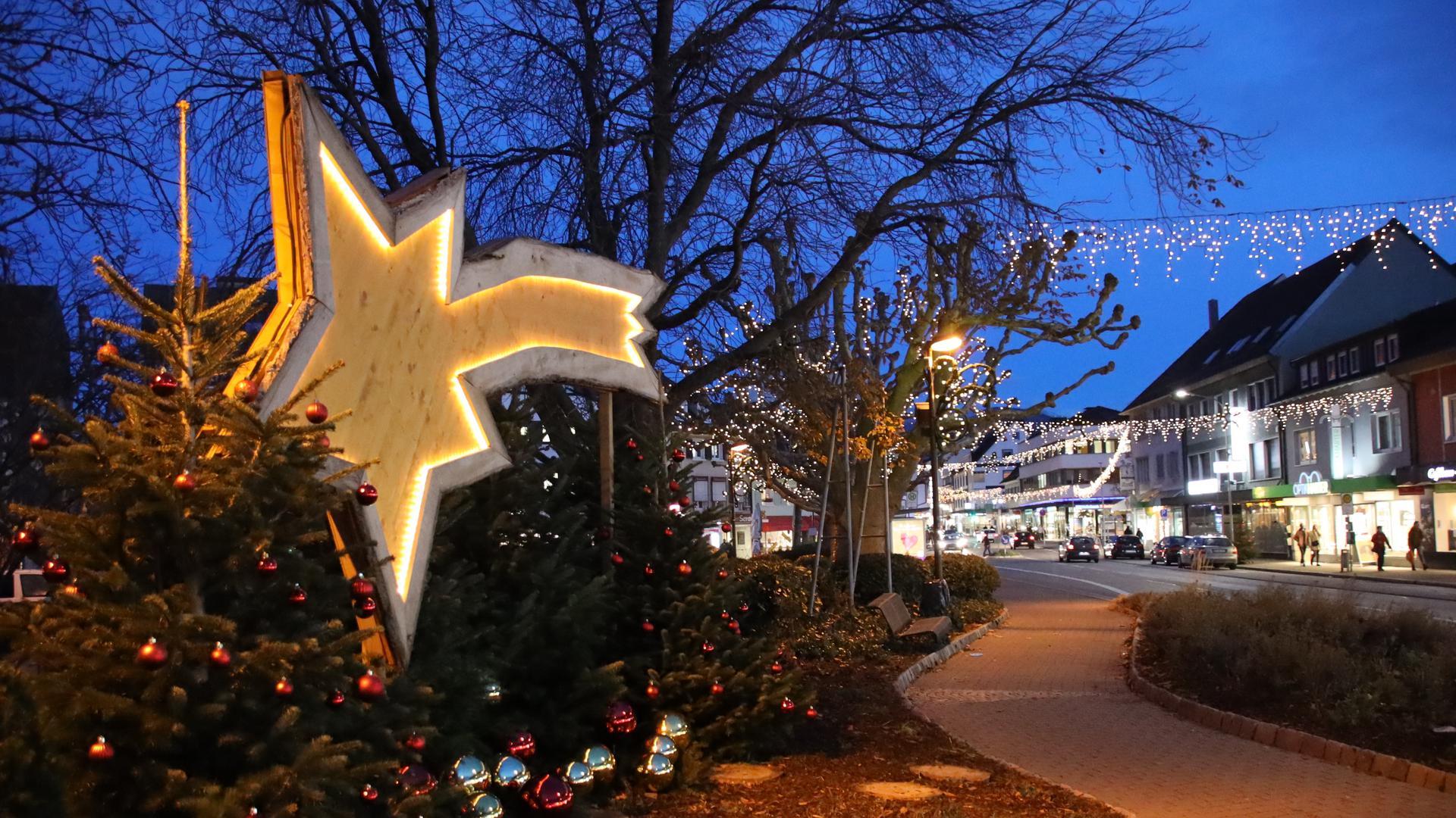 Weihnachtsbeleuchtung an der Hauptstraße in Achern
