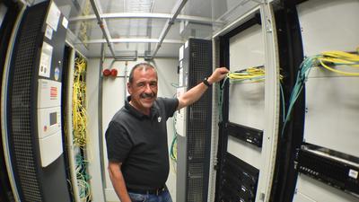 Hier schlägt das Herz des Acherner EDV-Systems: Michael Harter im Serverraum der Stadtverwaltung.