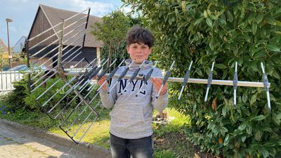 Noah Weingart zeigt eine seiner Dachantennen