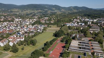 Hier soll die Nordtangente entlangführen – links Sasbacher Gemarkung, rechts das Gymnasium Achern.