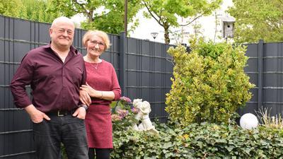Peter und Olga Wellem stehen in ihrem Garten in Achern.