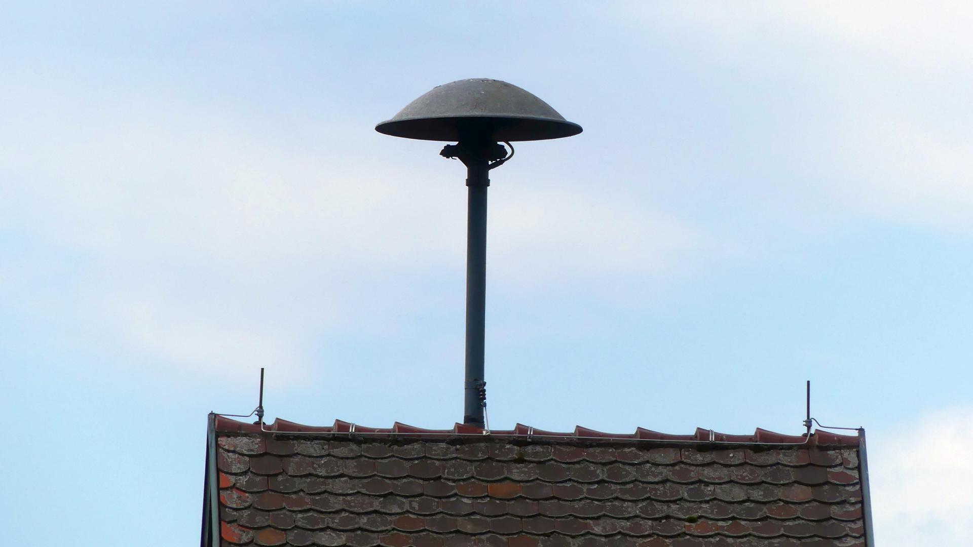 Kein Verzicht: In Sasbachwalden wollen Gemeinde und Feuerwehr nicht auf die Sirene verzichten. Das Gerät auf dem Dach des Schlauchtrockenturms wurde digital aufgerüstet.