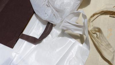 """Aus Plastik Stoff oder Papier: Welche Tüte soll es sein? Nicht mehr in Geschäften ausgegeben werden dürfen ab 2022 sogenannte """"leichte Einkaufstüten aus Plastik"""" wie hier beispielsweise unten im Bild, Tüten mit dünnerer oder dickerer Wandstärke sind ausgenommen."""