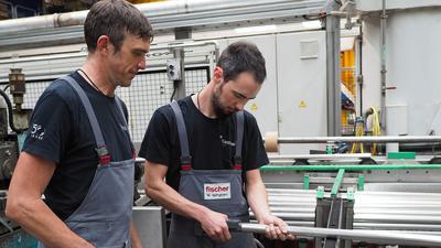 Teil der Arbeit: Alexander Schneider und Manuel Springmann messen den Durchmesser der Rohre.