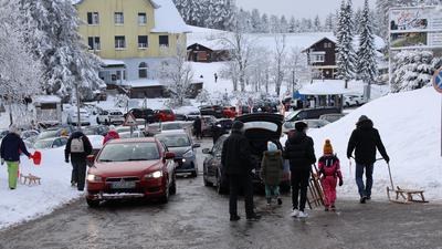Mit Schlitten, Kind und Kegel: Familien aus nah und fern sind am Neujahrstag auf die Unterstmatt gekommen, um den Schnee und die frische Luft zu genießen.