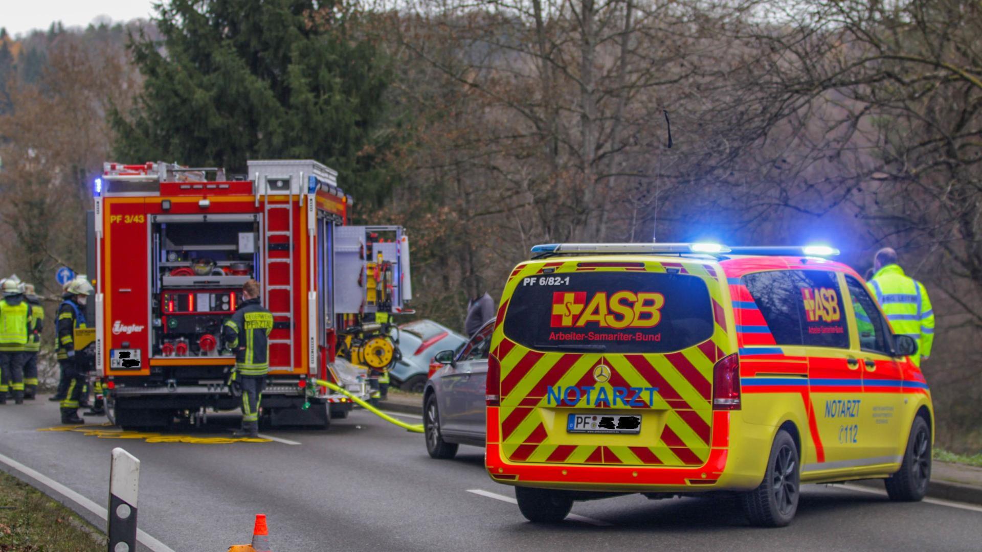 Feuerwehr und Rettungsdienst auf einer Straße