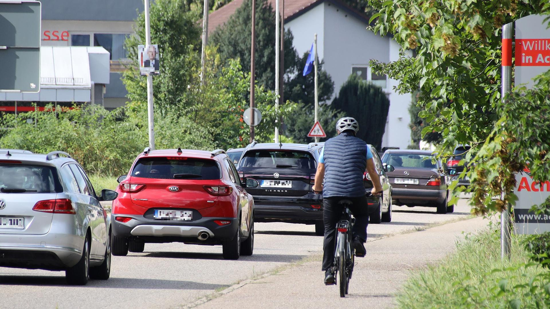 Radfahrer und Autos in der Sasbacher Straße in Achern