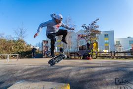 Ralf Weber aus Oberachern führt mit seinem Skateboard einen 360-Grad-Flip vor.