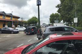 """Auffällig häufiges Gepäck: Viele Autofahrer haben ihre Fahrräder an ihrem Wagen dabei – in der Corona-Zeit scheint """"Outdoor-Sport"""" bei vielen Menschen auf dem Programm zu stehen."""