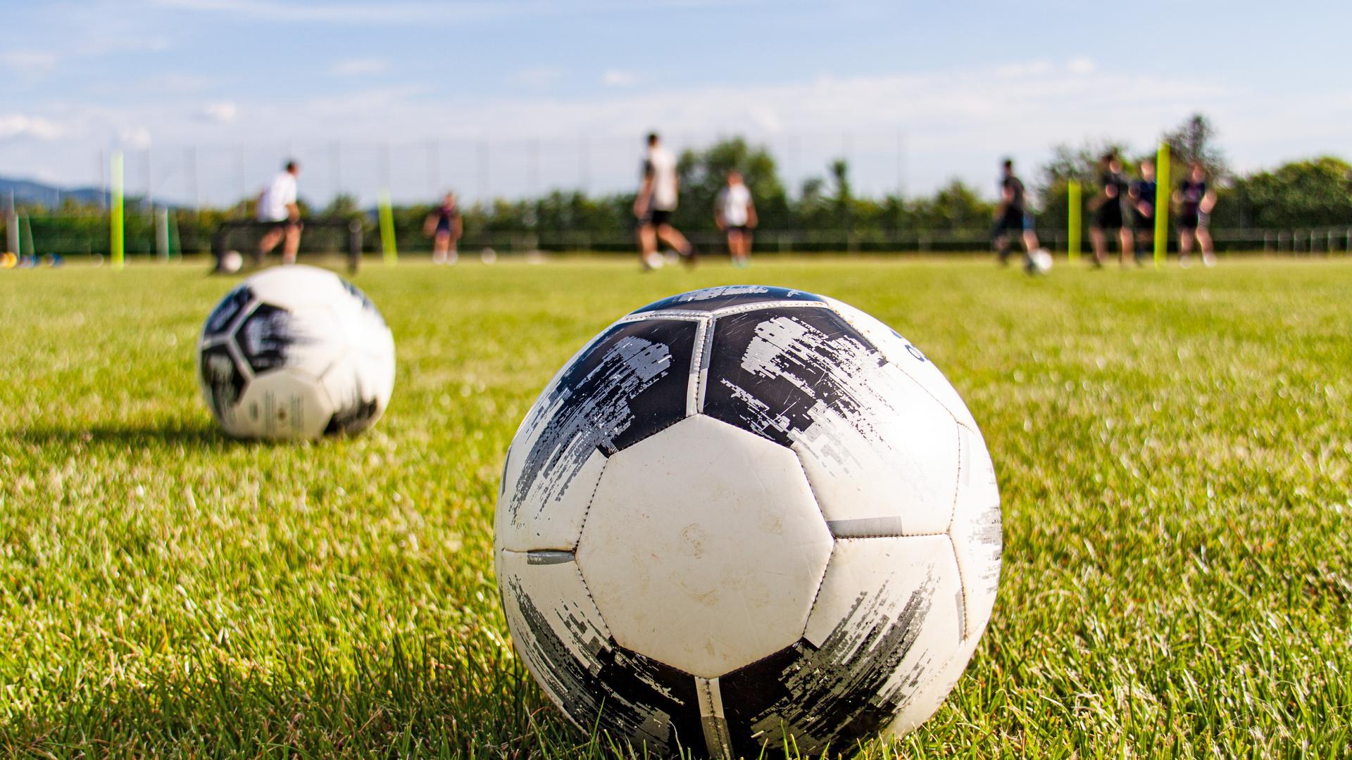 Beim SV Sasbach haben auch die C-Junioren ihr Training wieder aufgenommen. Da der Verein über zwei Rasenplätze verfügt, gibt es genügend Raum, um die geltenden Hygienekonzepte umsetzen zu können. Foto: Michael Brück