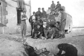 Alfred Schmieder in der Mitte mit Lederjacke und Mütze