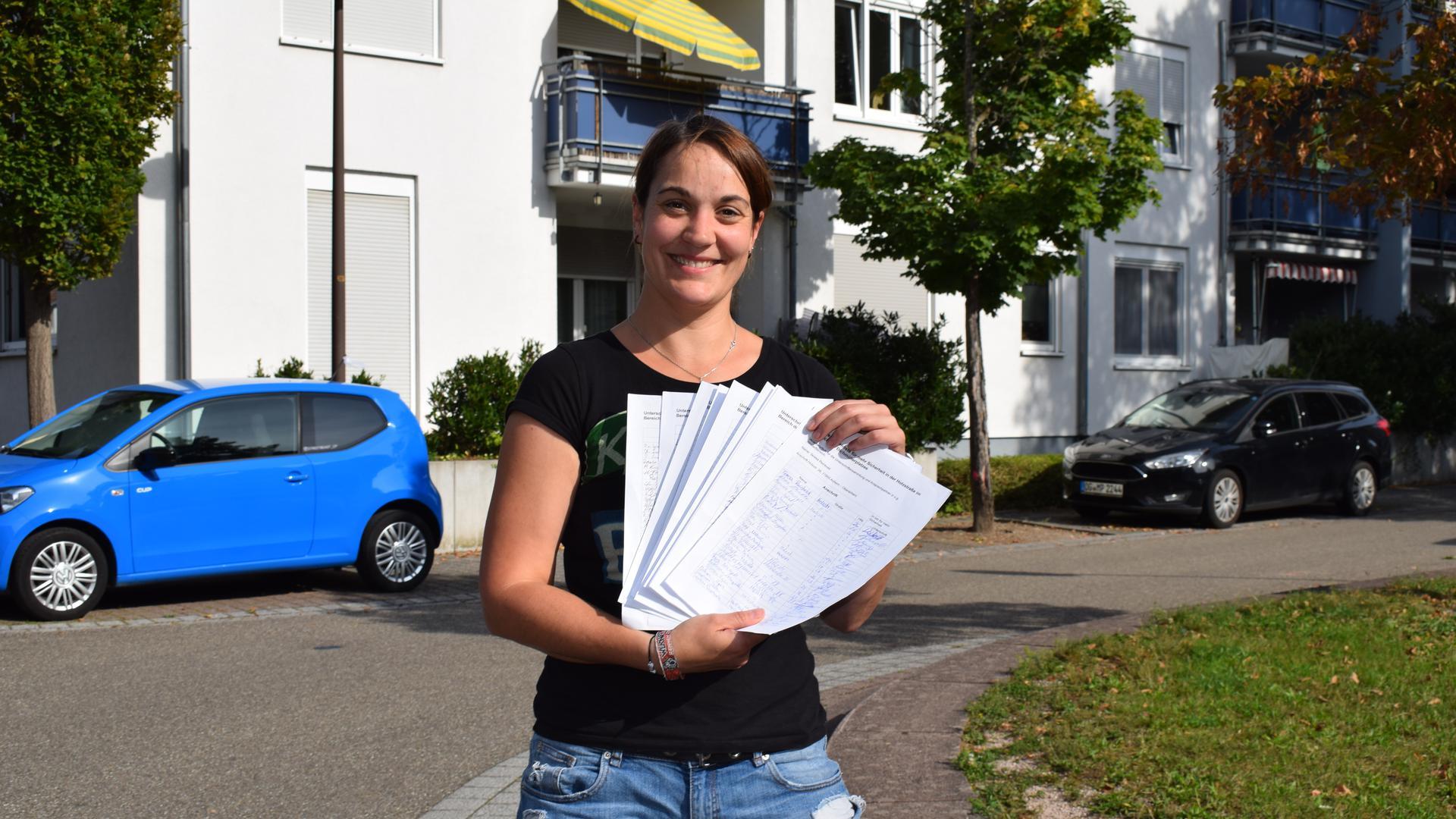 Teresa Reinbold sammelt Unterschriften für eine Verbesserung der Verkehrssituation am Dichmüllerplatz in Oberachern.