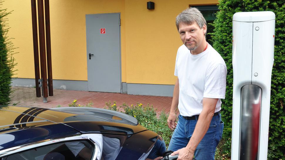 Mit dem Tesla in den Urlaub: Volker Pussel aus Ehningen hat mit Ladepausen kein Problem.