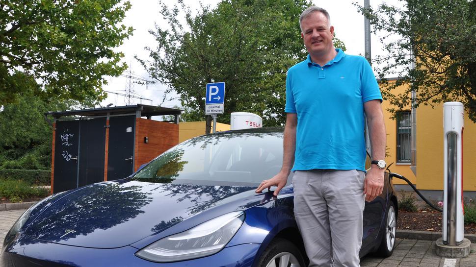 Andreas Stratz aus Waldshut-Tiengen vor seinem Tesla Model 3.