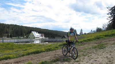 Leser Gerd Wickles mit seinem Mountainbike vor dem Speichersee Unterstmatt, wo der geplante Umleitungsweg entstehen soll