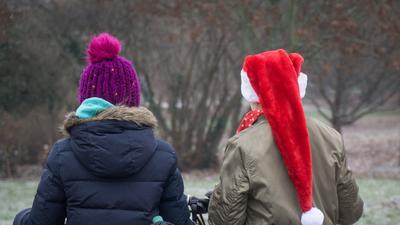 ARCHIV - 21.12.2016, Hessen, Frankfurt/Main: Zwei Schülerinnen sind nach dem letzten Schultag vor den Weihnachtsferien in Hessen mit ihren Fahrrädern unterwegs nach Hause. Für Hunderttausende hessische Schüler beginnen nach dem letzten Schultag am Freitag die Weihnachtsferien. Foto: Frank Rumpenhorst/dpa +++ dpa-Bildfunk +++ | Verwendung weltweit
