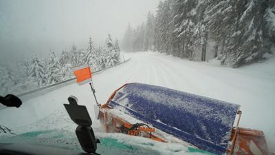 Winterdienstfahrzeug im Einsatz am Mummelsee