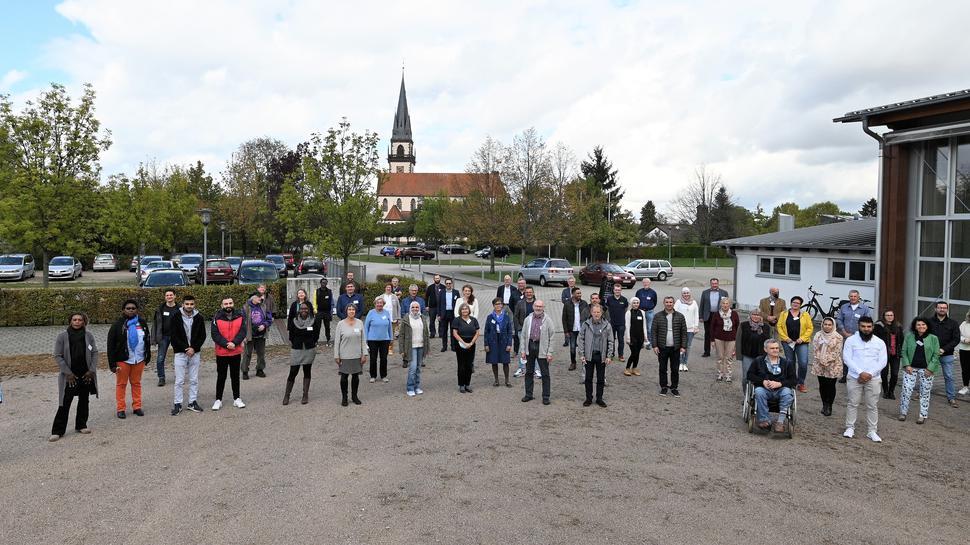 Das Gruppenfoto aller Teilnehmer entstand in der Mittagspause vor der Kulisse der Großweierer Pfarrkirche.