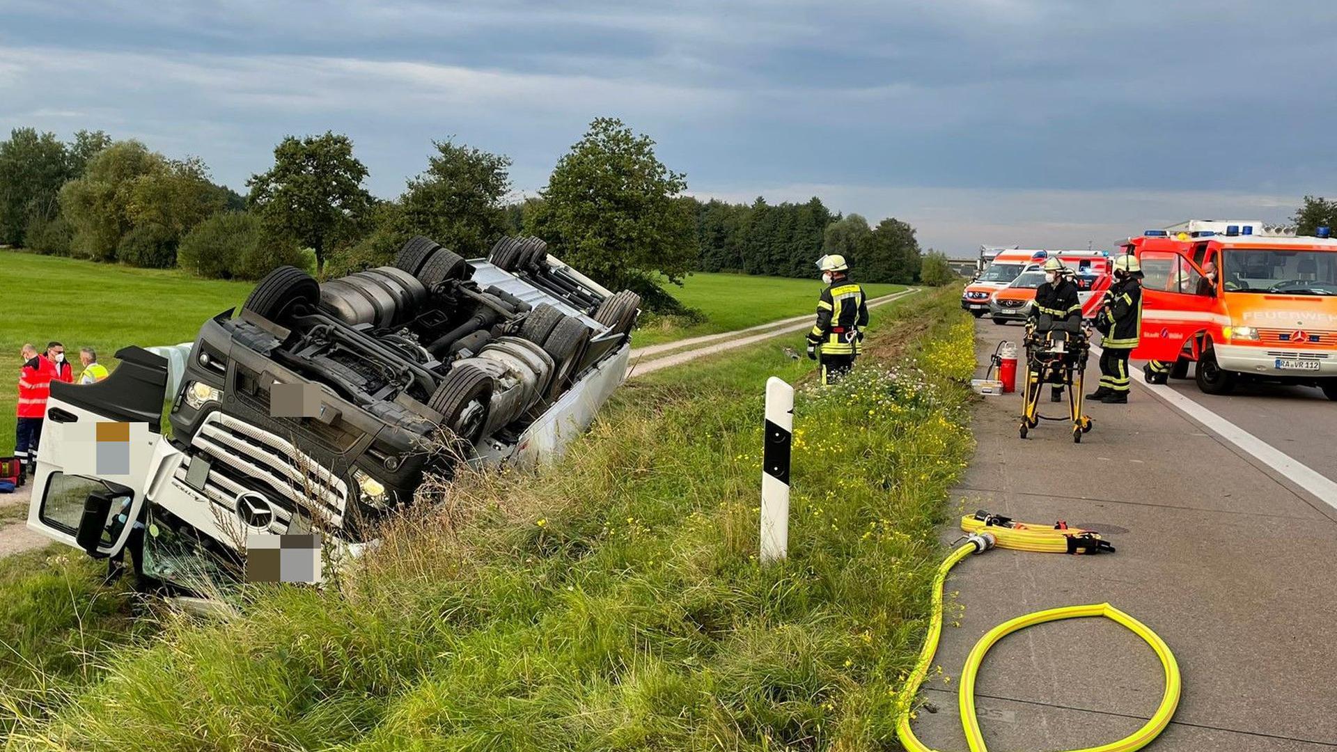 Ein umgekippter Lastwagen sorgt im Feierabendverkehr auf der A5 zwischen Achern und Bühl für einen Stau. Der Fahrer des LKWs wurde bei dem Unfall verletzt.