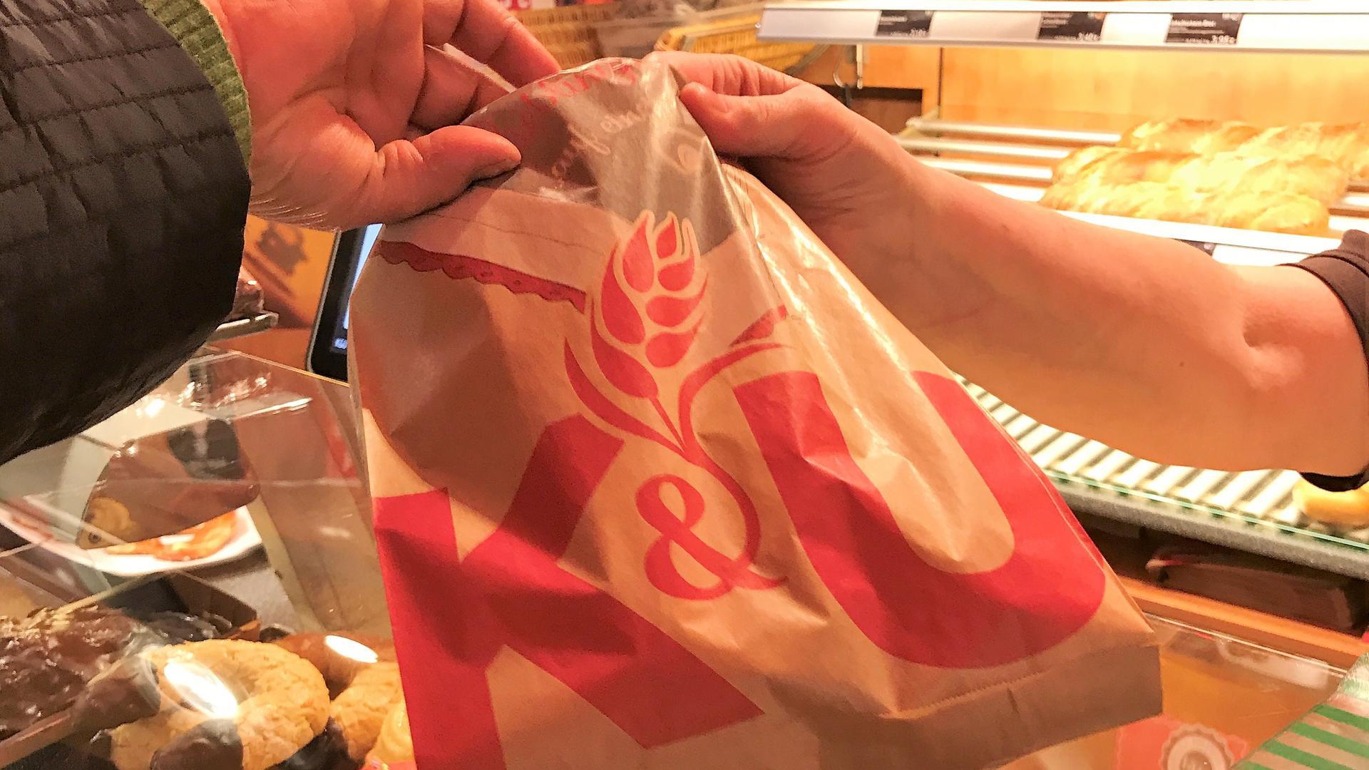 Kassenzettel? Nein, danke: Noch verzichten viele Bäcker-Kunden (wie hier in der Acherner K&U-Filiale) auf einen Beleg. Das soll sich durch die Bon-Pflicht ab 1. Januar ändern.