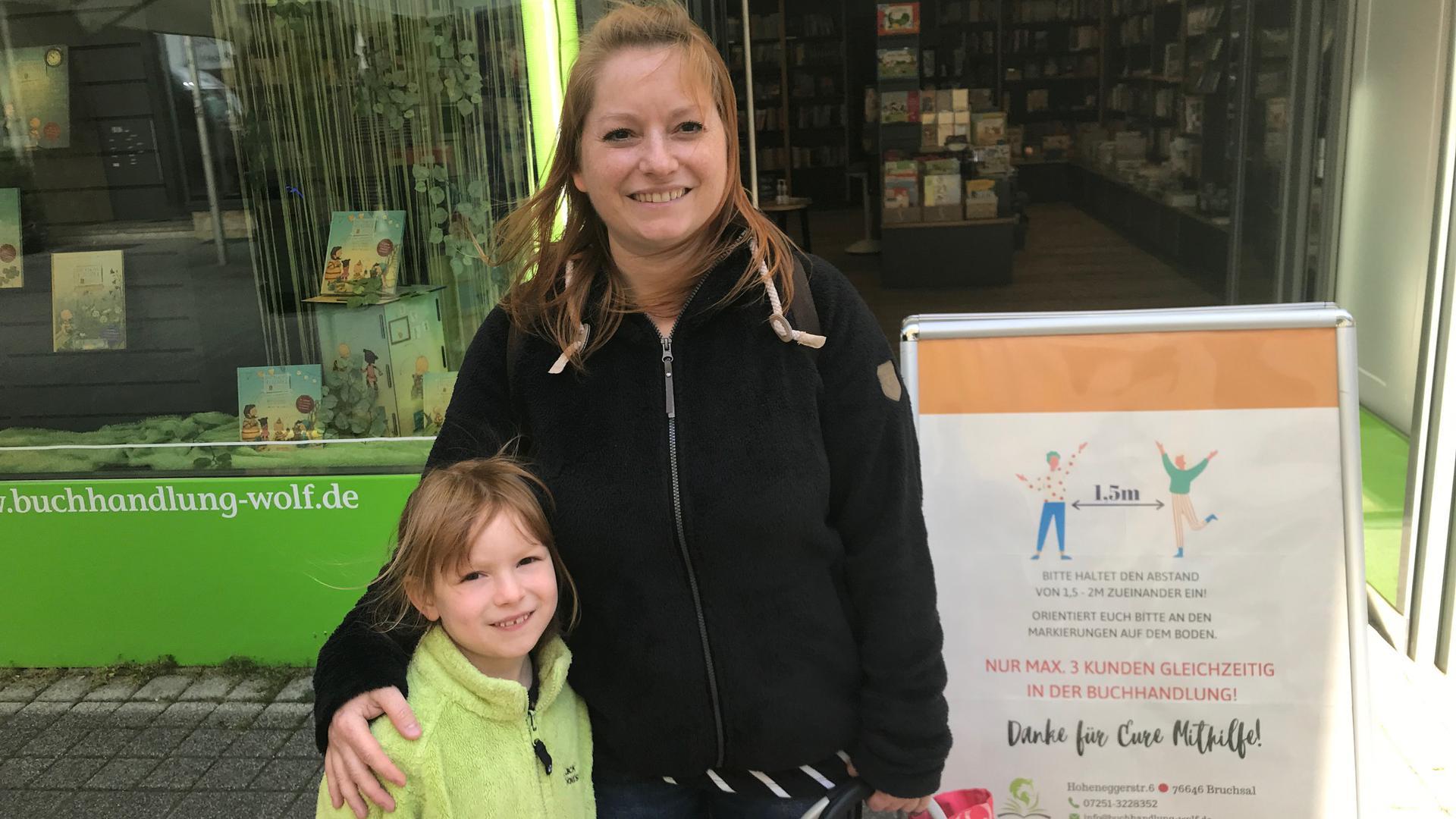 """""""Ich fühle mich einfach bombastisch"""" sprudelt Rebekka Mack spontan heraus, die gerade die Buchhandlung Wolf mit ihrer Tochter Ronja verlassen hat."""